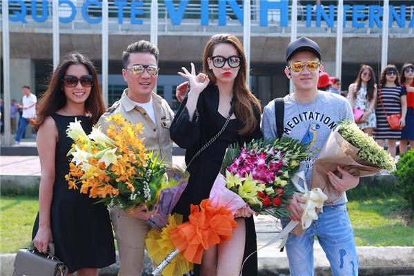 Hàng chục khán giả đã đợi từ trước đó để được tặng hoa cho Đàm Vĩnh Hưng, Hồ Ngọc Hà và Dương Triệu Vũ - Tin sao Viet - Tin tuc sao Viet - Scandal sao Viet - Tin tuc cua Sao - Tin cua Sao