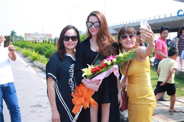 Hồ Hà tạo dáng đáng yêu bên cạnh Mr. Đàm - Tin sao Viet - Tin tuc sao Viet - Scandal sao Viet - Tin tuc cua Sao - Tin cua Sao
