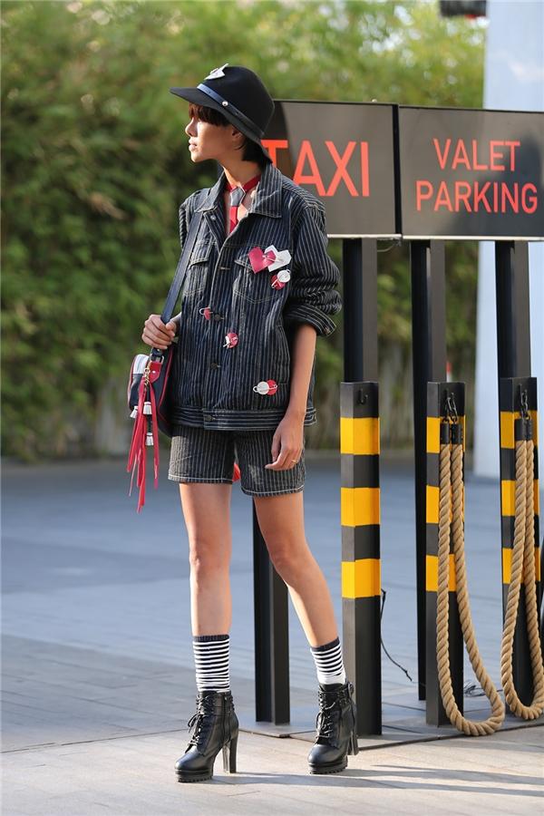 Đỗ Hà cá tính với bộ trang phục mang hơi thở tomboy. Điểm nhấn được tạo nên từ những chi tiết nhỏ như tua rua, kẻ sọc. Vừa qua, cô nàng đã có chuyến xuất ngoại khá thành công tại Milan.