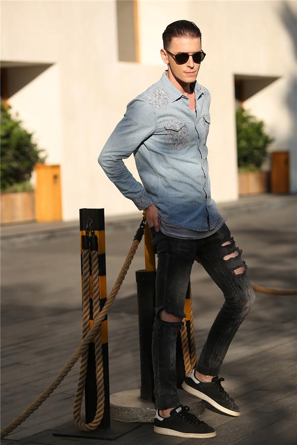 Các người mẫu nước ngoài cũng đến tham gia VIFW 2016 để tìm kiếm cơ hội trình diễn. Chàng trai này kết hợp cả cây jeans với mốt denim đang thịnh hành.