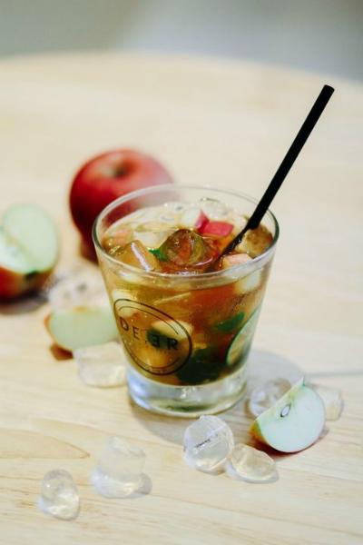 Trà táo bạc hà thanh thanh, dịu mát có giá trung bình chỉ khoảng từ 15.000 đồng/cốc. (Ảnh: Internet)