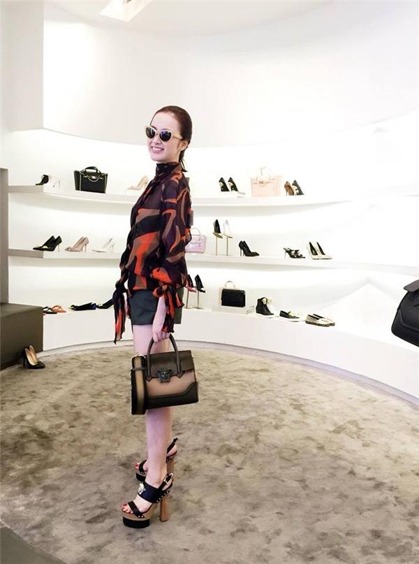 Angela Phương Trinh sành điệu trong set đồ sơ mi buộc nơ mix quần ngắn, giày cao gót Versace. - Tin sao Viet - Tin tuc sao Viet - Scandal sao Viet - Tin tuc cua Sao - Tin cua Sao