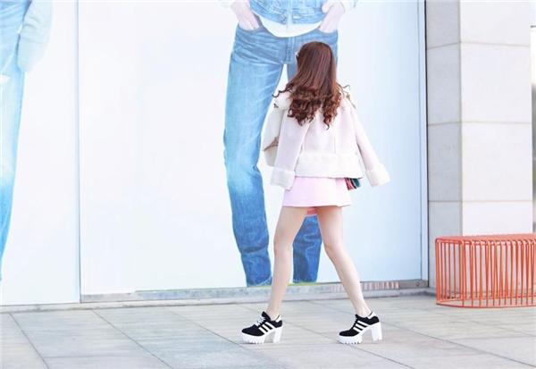 Nữ ca sĩ đều lựa chọn những món đồ hot hit của xu hướng Xuân hè 2016 như áo sơ mi mix cùng quần váy, giày thể thao độn gót và kính tráng gương. - Tin sao Viet - Tin tuc sao Viet - Scandal sao Viet - Tin tuc cua Sao - Tin cua Sao