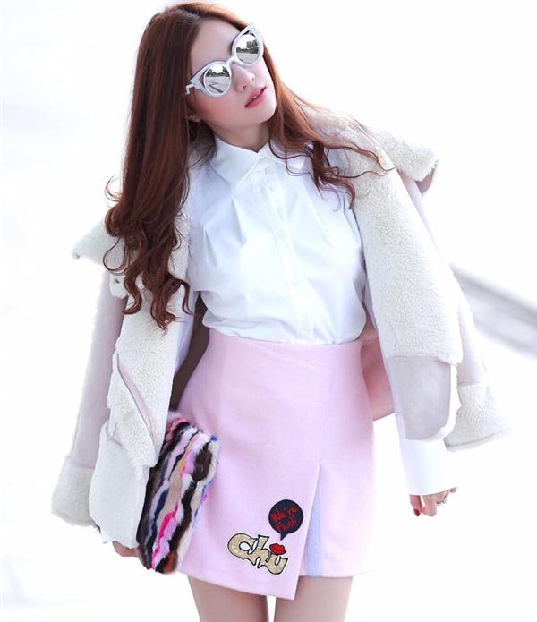 Những gam màu sáng như trắng và hồng pastel được kết hợp hài hòa giúp tăng vẻ tinh tế, thanh lịch của bộ trang phục. - Tin sao Viet - Tin tuc sao Viet - Scandal sao Viet - Tin tuc cua Sao - Tin cua Sao