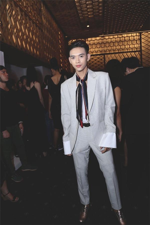 """Cùng xuất hiện trên thảm đỏ này còn có fashionisto đang được giới trẻ khá yêu thích Dương Minh Tuấn. Chàng trai này còn được gọi với cái tên thân thuộc """"anh trai quốc dân"""".Dương Minh Tuấn diện vest cách điệu với loạt phụ kiện bắt mắt như: khăn choàng, giày ánh kim."""