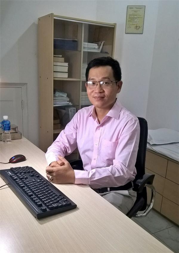 Bác sĩ Nguyễn Xuân Anh rất xúc động trước hoàn cảnh của bé.