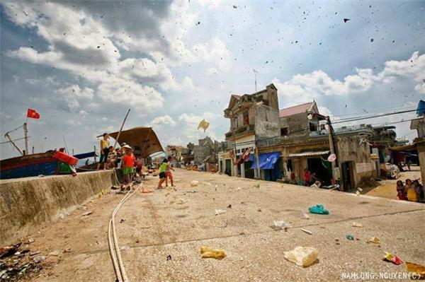 Rất nhiều túi nilon rải rác khắp con đường dọc bờ biển.