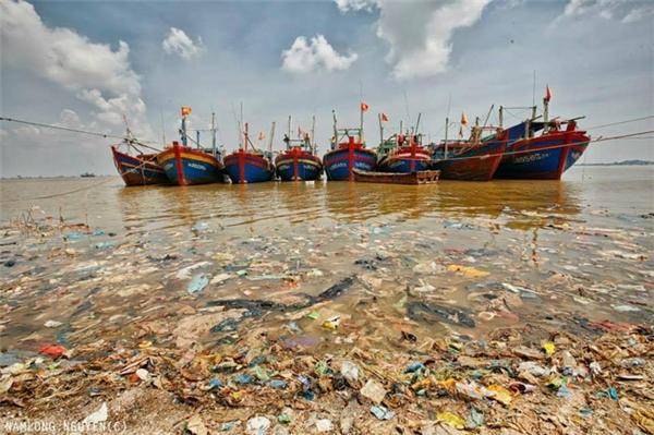 Bờ biển có một lượng rác thải khổng lồ bao phủ, đa phần đều ra rác thải sinh hoạt.
