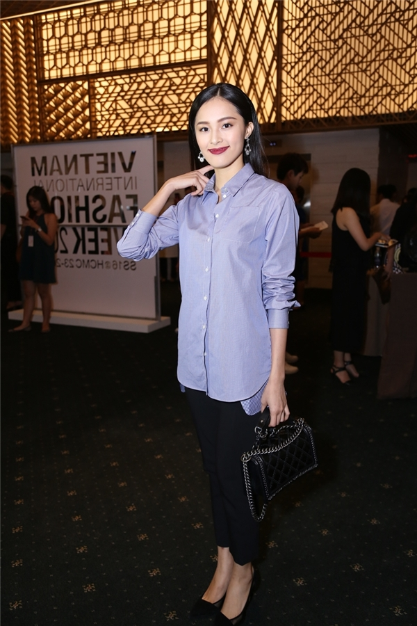 Cô nàng diện nguyên cây đồ hiệu với áo Dior cùng túi xách Chanel đắt tiền. - Tin sao Viet - Tin tuc sao Viet - Scandal sao Viet - Tin tuc cua Sao - Tin cua Sao