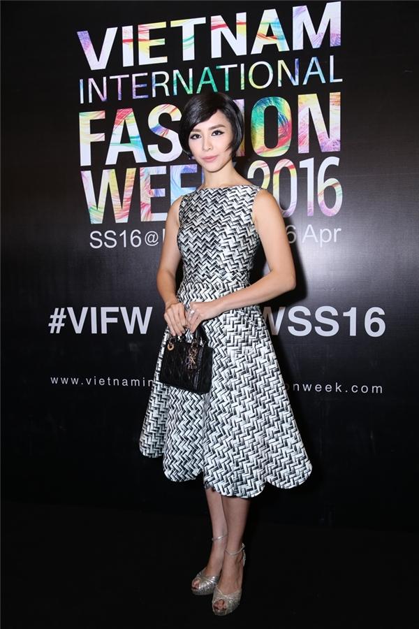 Cô lựa chọn túi Lady Dior size mini màu đen (trị giá gần 3000 USD) làm phụ kiện. - Tin sao Viet - Tin tuc sao Viet - Scandal sao Viet - Tin tuc cua Sao - Tin cua Sao