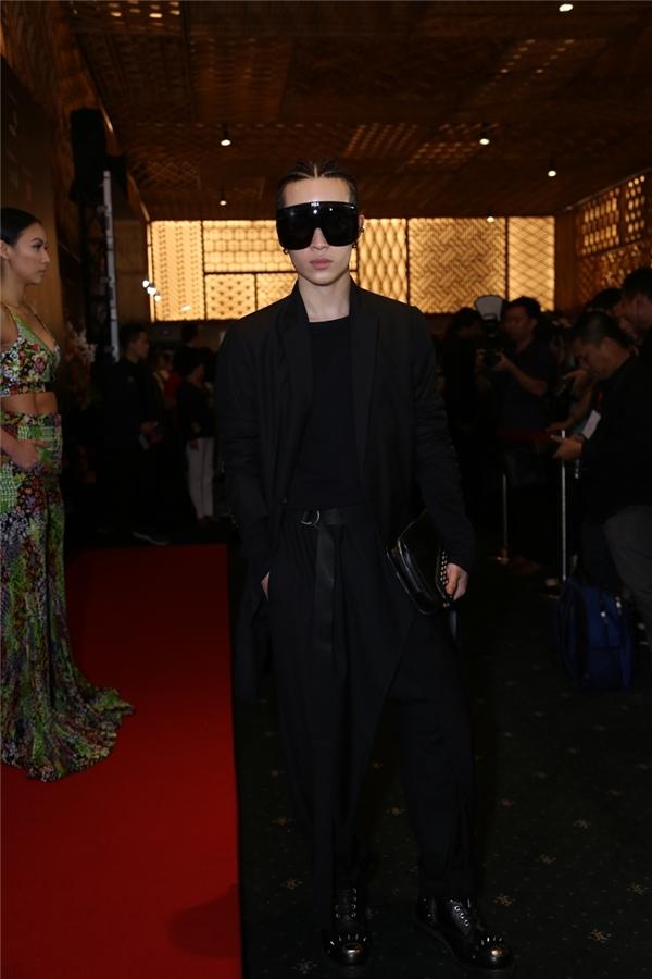 """Chiếc kính râm to bản cũng khiến fashionista """"nổi bần bật"""" trên thảm đỏ của Vietnam International Fashion Week. - Tin sao Viet - Tin tuc sao Viet - Scandal sao Viet - Tin tuc cua Sao - Tin cua Sao"""