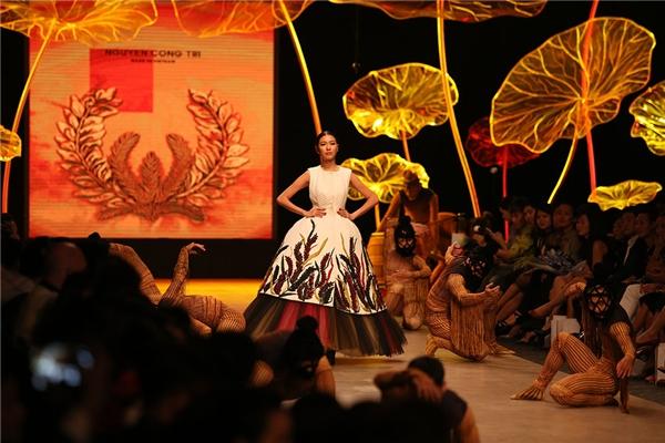 Vị trí mở màn của bộ sưu tập thuộc về Á hậu Quốc tế 2015 Thúy Vân. Bộ trang phục mà người đẹp trình diễn là phom váy xòe kết hợp họa tiết thêu, đính kết với những tông màu nổi bật, thu hút.