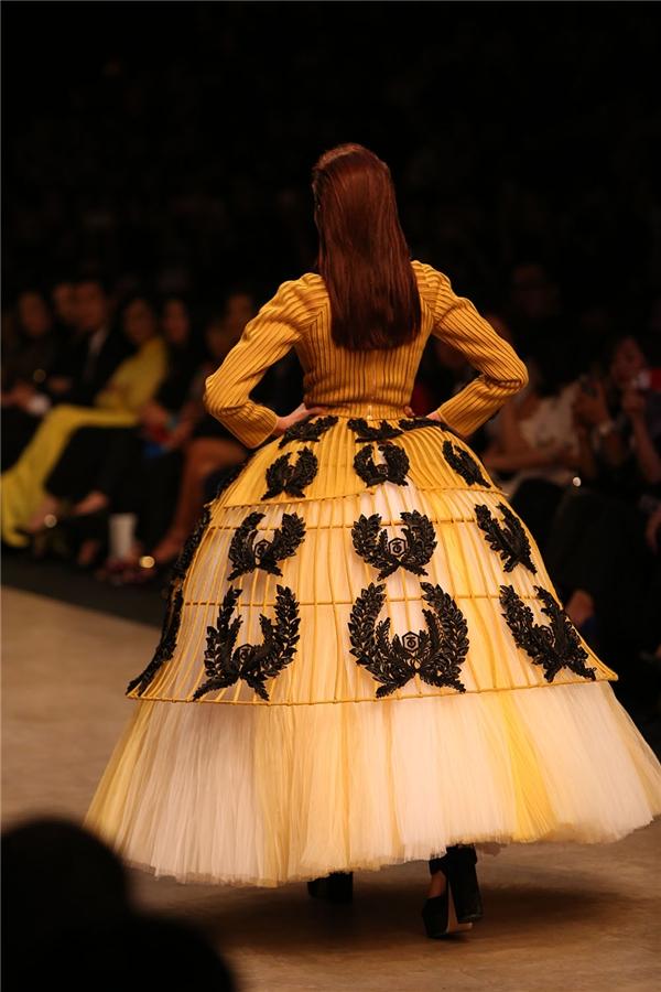 Bộ váy lấy 3 tông màu trắng, vàng, đen làm chủ đạo tượng trưng cho những yếu tố đặc trưng của nền nông nghiệp lúa nước. Đây cũng chính là nguồn cảm hứng chủ đạo để Công Trí sáng tạo nên bộ sưu tập thời trang cao cấp này.