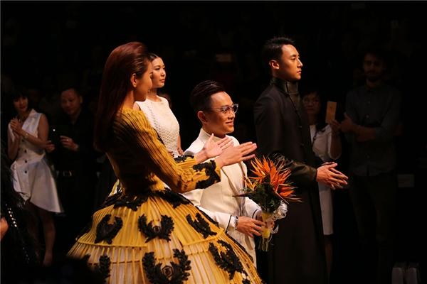 Thanh Hằng và nhà thiết kế Công Trí trong giây phút chào khán giả trong show diễn mở màn khá thú vị.