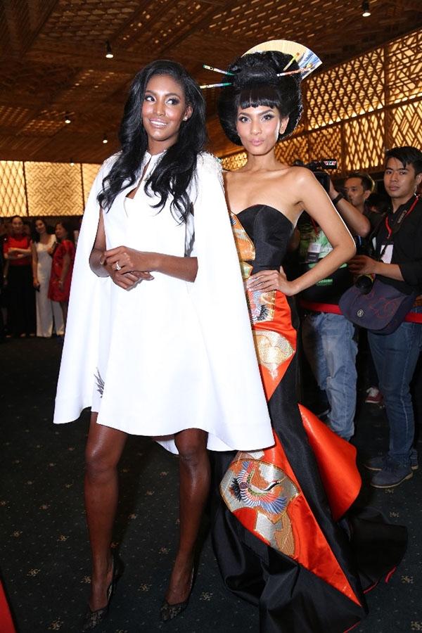 Thảm đỏ Vietnam International Fashion Week Xuân - Hè 2016 đã vinh dự chào đón cựu người mẫu Victoria's Secret - Sessilee. Đồng hành cùng chân dài này trên thảm đỏ là người đẹp Trương Thị May.
