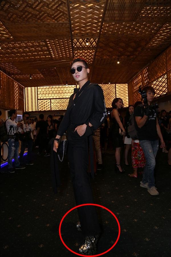 Đặc biệt, chiều cao của chàng trai này còn tăng đáng kể với đôi giày móng ngựa ánh kim cao đến gần 20 cm.