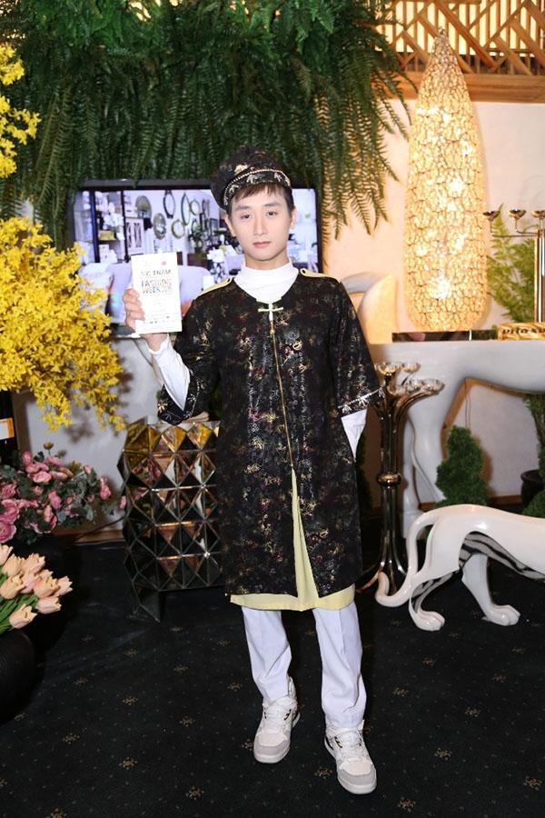 Chất liệu gấm làm gợi nhớ đến trang phục của những giai nhân thời xưa. Chàng trai này vô cùng tự tin khi được xuất hiện trước ống kính và khoe bộ trang phục độc đáo của mình.