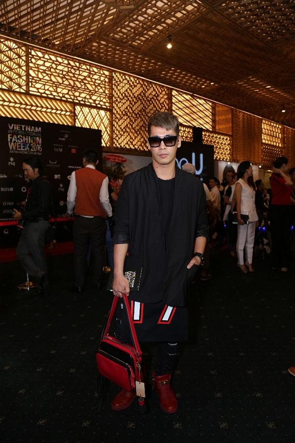 Stylist Travis Nguyễn với bộ trang phục kết hợp hài hòa hai tông màu đỏ, đen kinh điển.