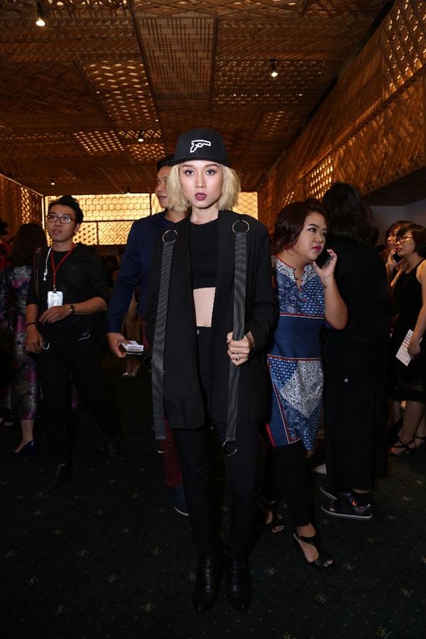 Người mẫu Jade Nguyễn với cả cây đen cá tính, mạnh mẽ nhưng không kém phần gợi cảm.