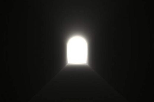 """Những người từng """"xém"""" đi tới thế giới bên kia đều thấy họ đi qua một đường hầm trong một luồng ánh sáng kì lạ. (Ảnh: Internet)"""