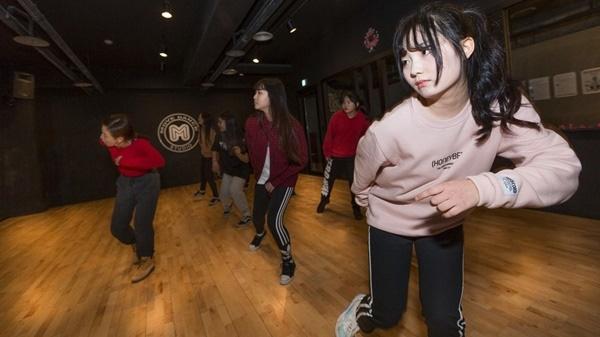 Các thiếu nữ như Jeun (áo hồng) chấp nhận bớt thời gian ở trường để tập trung luyện tập thành ca sĩ.