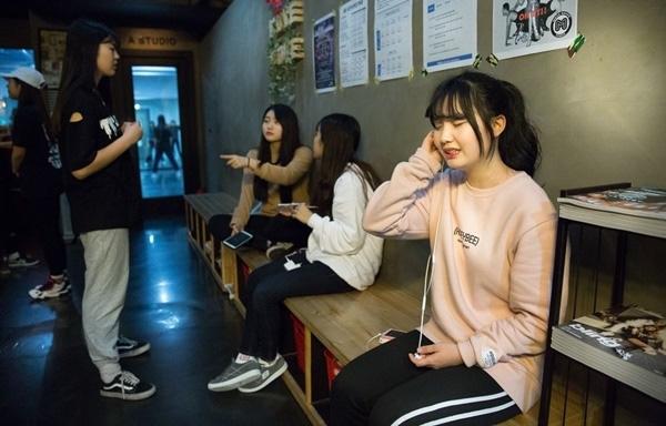 Các học viên chuẩn bị cho một buổi thử giọng tại trung tâm. Thông thường sẽ có chuyên gia từ các công ty giải trí đến đánh giá và chọn người mới.