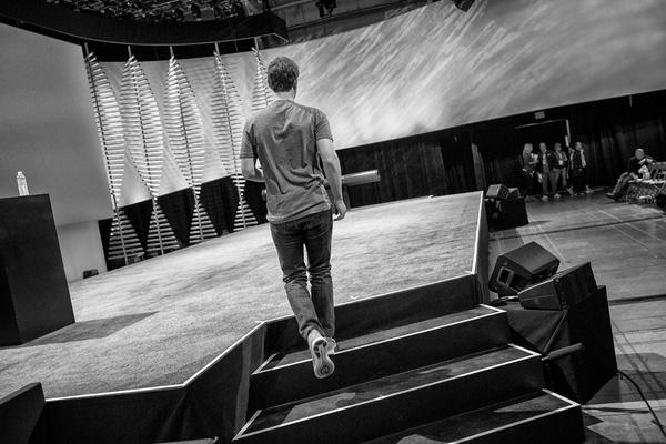 Sân khấu trước giờ G chụp từ sau lưng Mark. Một người hâm mộ của anh đã bình luận rằng rất thích bức hình bởi vì nó gần như thể hiện được sự cố gắng thầm lặng từ chính bên trong con người Mark.