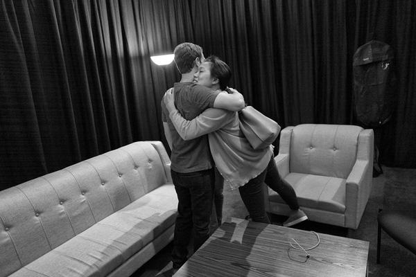Priscilla tới thăm chồng. Hai người trao cho nhau cái ôm nồng ấm. Tình cảm của họ thật đáng ghen tị.