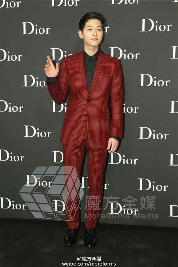 Song Joong Ki trở thành tâm điểm chú ý trong sự kiện thời trang