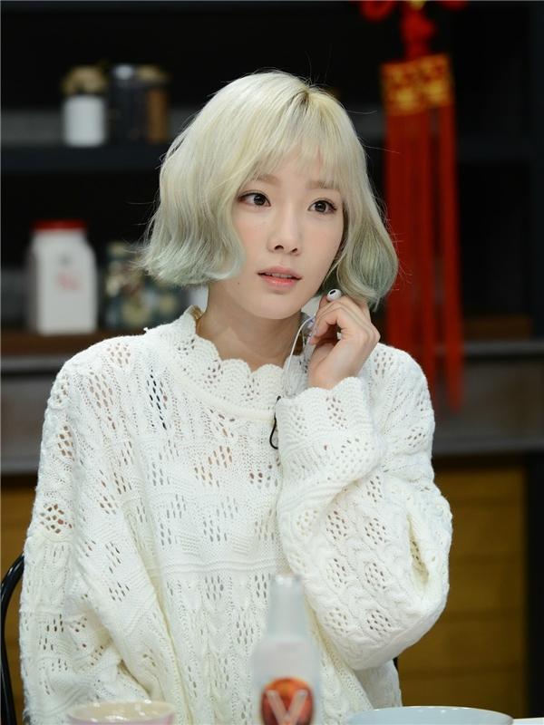 """Là chị cả của SNSD nhưng Taeyeon(sinh năm 1989)lại sở hữu gương mặt baby nhất nhóm. Năm nay đã 26 tuổi nhưng cô nàng vẫn nổi tiếng với biệt danh """"trưởng nhóm thiếu nhi"""" nhờ vẻ ngoài trẻ trung của mình."""