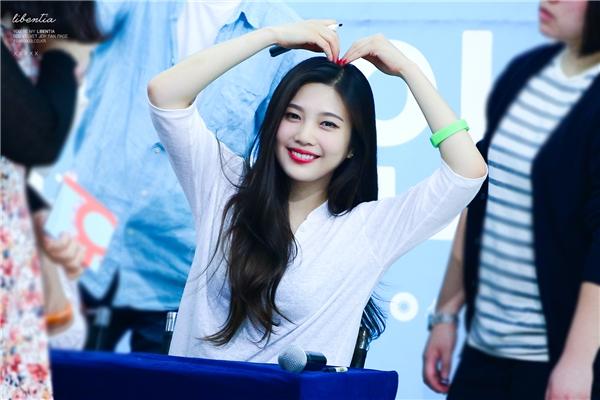 Joy (Red Velvet) (sinh năm 1996)nhận được tình cảm của đông đảo các fan nhờ gương mặt bầu bĩnh đáng yêu cùng tính cách năng động, vui tươi. Song có lẽ gia nhập làng giải trí từ sớm, nữ thần tượng trông khá già so với số tuổi 19 hiện nay.