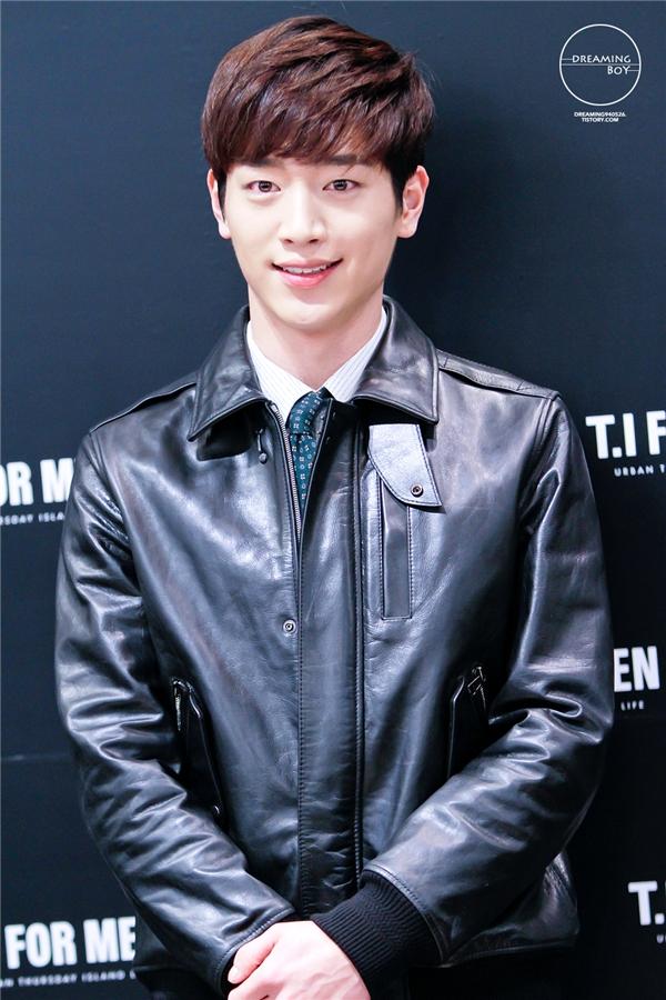 Với vẻ ngoài nam tính, góc cạnh, Seo Kang Joon (sinh năm 1993)thường được nhắm vào những vai diễn bad boy nhận được nhiều tình cảm của khán giả nữ. Hình tượng nhân vật trên phim khiến mọi người có cảm giác anh trông trưởng thành hơn số tuổi 23 của mình.