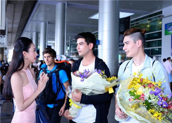 Các chàng trai thuộc ban nhạc D.O.PE cho biết, họ thật sự hạnh phúc và bất ngờ khi được một cô gái xinh đẹp, tài năng và lịch thiệp như Hà Thu chào đón. - Tin sao Viet - Tin tuc sao Viet - Scandal sao Viet - Tin tuc cua Sao - Tin cua Sao