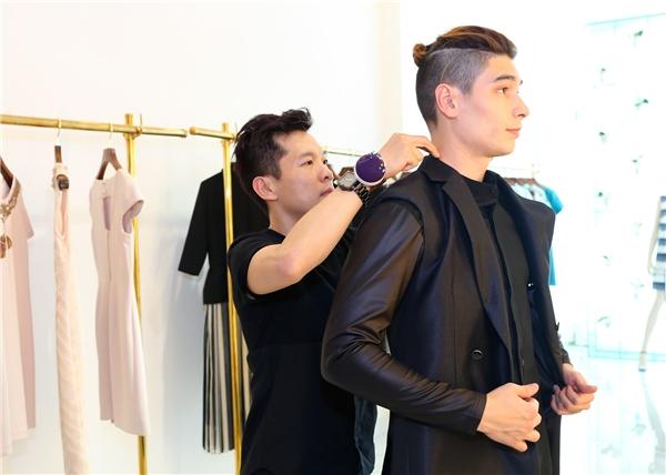 Sau khi rời sân bay, 3 chàng trai này đã có mặt tại showroom của nhà thiết kế Công Trí để thử trang phục đến tham dự buổi khai mạc Tuần lễ Thời trang Quốc tế Việt Nam Xuân - Hè 2016. - Tin sao Viet - Tin tuc sao Viet - Scandal sao Viet - Tin tuc cua Sao - Tin cua Sao