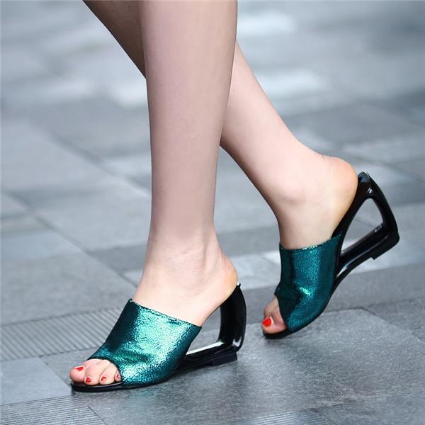 """Kiểu sandal này còn có tên gọi khác chính là """"dép mules""""."""
