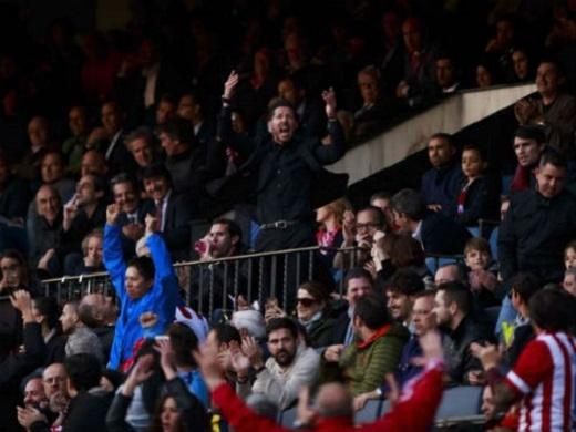"""HLV Simeone bị truất quyền chỉ đạo sau tình huống """"tiểu xảo"""""""