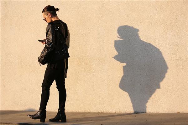 Kelbin Lei tiếp tục trở thành tâm điểm của mọi ánh nhìn với phong cách unisex. Bộ trang phục gồm: quần skinny, áo oversized, áo khoác và boots da.