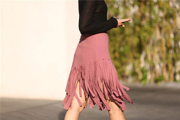 Cùng chuộng mốt tua rua, nếu như Đỗ Hà chọn tạo hình nam tính thì Phan Linh lại điệu đà với chân váy phối cùng áo xuyên thấu.