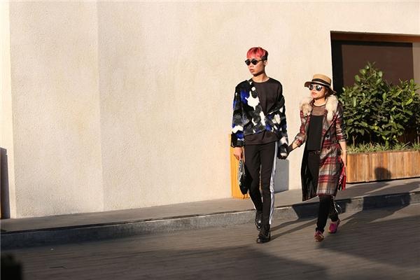 """Thời trang """"bất chấp thời tiết"""" của bộ đôi này với những chất liệu đặc trưng của mùa Thu - Đông."""