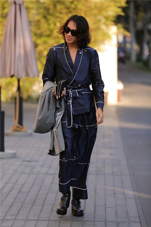Phong cách thời trang đồ ngủ cũng là lựa chọn của Alex Fox nhưng với sự tương phản của nền thẫm cùng những đường diềm sáng tinh tế.