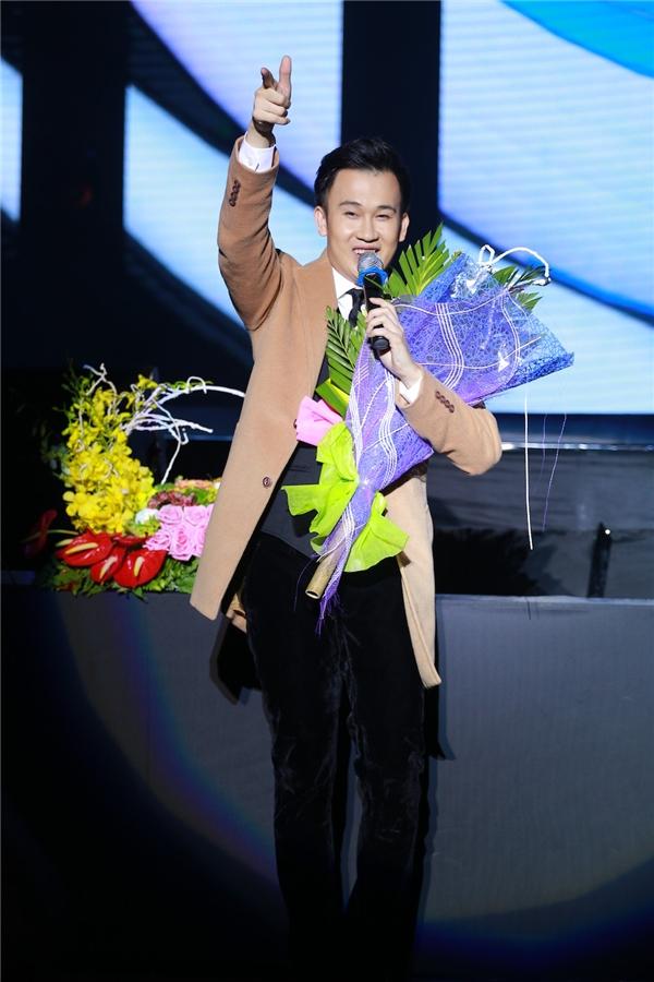 """Mr. Đàm """"đốt cháy"""" sân khấu Vinh cùng Hà Hồ và Dương Triệu Vũ"""