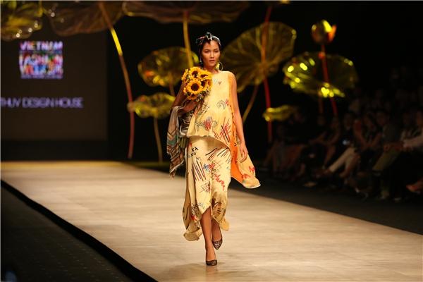 Thủy Nguyễn luôn tạo nên sự khác biệt khi liên tục mang những yếu tố truyền thống vào trong thiết kế của mình. Và đây gần như đã trở thành đặc trưng, thương hiệu của Thủy Nguyễn trong làng thời trang Việt Nam.