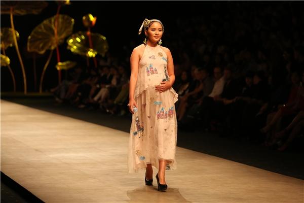 Khán giả vô cùng bất ngờ khi người mẫu mở màn chính là Phan Như Thảo. Mặc dù đang mang thai nhưng nữ người mẫu vẫn có những bước catwalk trên giày cao gót khá uyển chuyển, mượt mà.