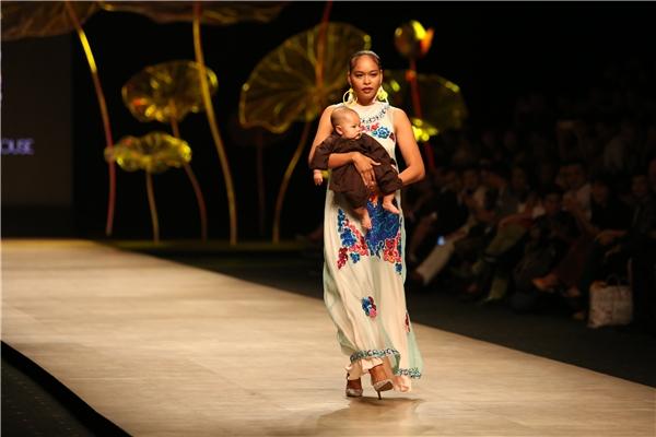 Phong thái trình diễn chuyên nghiệp, đỉnh đạc của Lâm Thu Hằng đã thực sự thuyết phục người xem. Đây thực sự là một trong những khoảnh khắc đáng nhớ tại Tuần lễ Thời trang Quốc tế Việt Nam Xuân - Hè 2016.