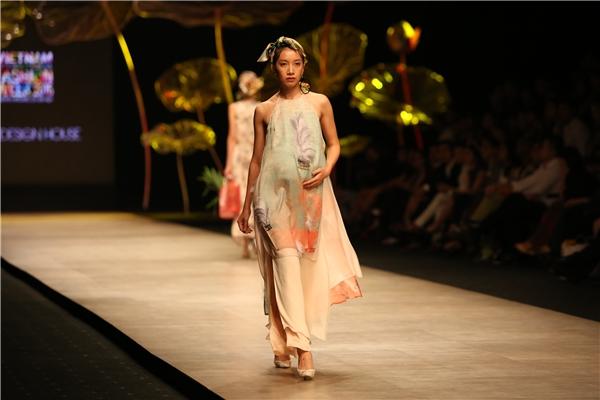 Phan Như Thảo cùng dàn mẫu nữ vác bụng bầu lên sàn catwalk