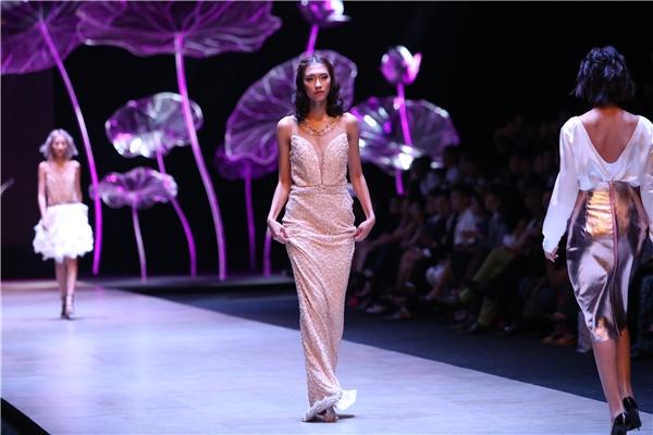 Trong bộ sưu tập của nhà thiết kế Nina, Nguyễn Oanh phải trình diễn 3 thiết kế. Trong đó có một bộ váy khá dài khiến cô gặp khó khăn trên sàn diễn. Tuy nhiên, Nguyễn Oanh đã nhanh chóng xử lí khôn khéo. Sau 2 năm, nữ người mẫu nay đã trưởng thành hơn rất nhiều. Trong thời gian tới, Nguyễn Oanh được kì vọng sẽ tiếp tục nối gót những đàn chị tiến ra thị trường quốc tế.
