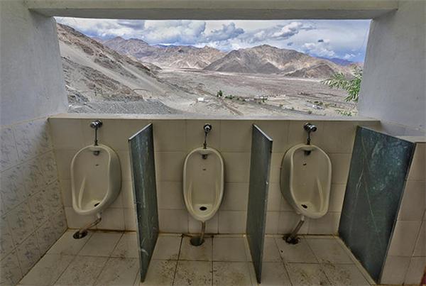 """Các quý ông có thể vừa đáp lại """"tiếng gọi tự nhiên"""" vừa ngắm cảnh núi non tít tắp."""