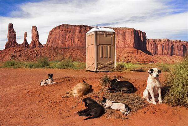 Nhà vệ sinh cũng có màu đỏ của đất. (Thung lũng Monument, Utah, Mỹ)