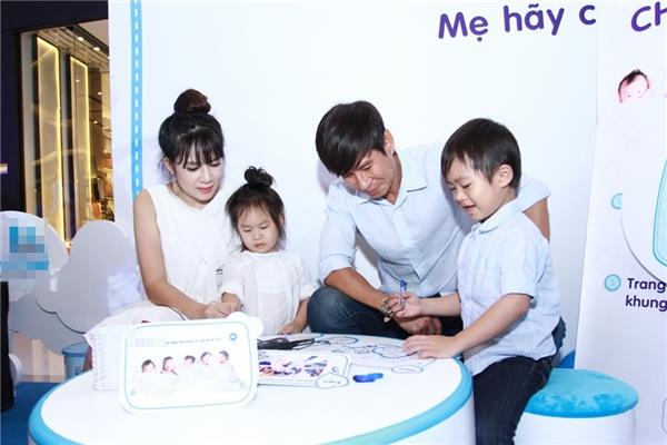 Mang thai 5 tháng, bà xã Lý Hải vẫn xông xáo vui đùa cùng con