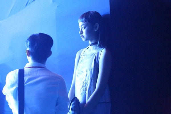 Quỳnh Maibị bắt gặp đứng lặng lẽ trước khi show diễn thứ 3 bắt đầu. - Tin sao Viet - Tin tuc sao Viet - Scandal sao Viet - Tin tuc cua Sao - Tin cua Sao